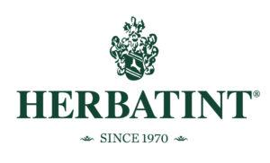 Herbatint- hiusväribrändin logo. Valkoisella pohjalla tummanvihreä teksti.
