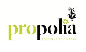 Propolia- brändin logo. Valkoisella pohjalla Propolia- teksti, jossa piirretty mehiläisen kuva.